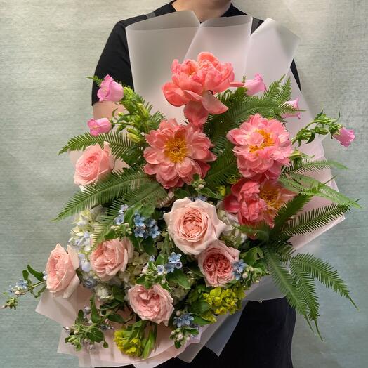 Роскошный букет с пионами корал шарм,розами и оскипеталумом