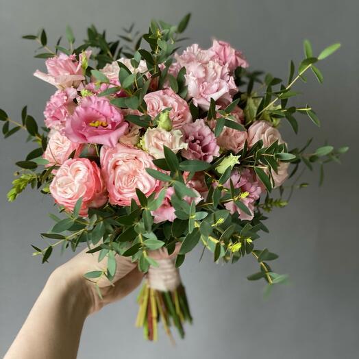Раскидистый букет невесты в розовых тонах