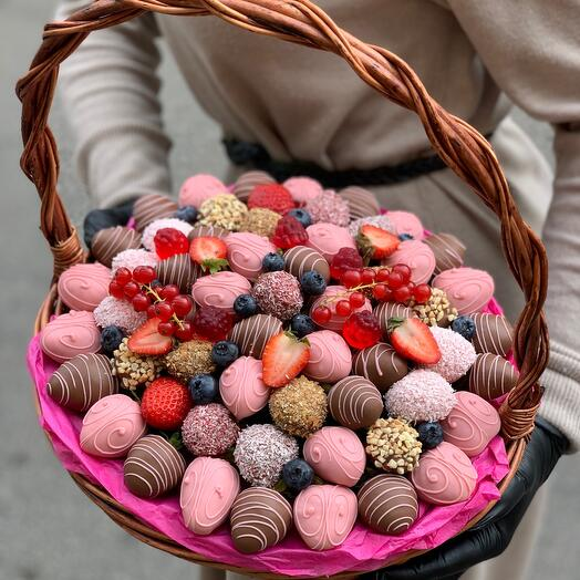 Корзина из клубники в шоколаде  Розовая пантера