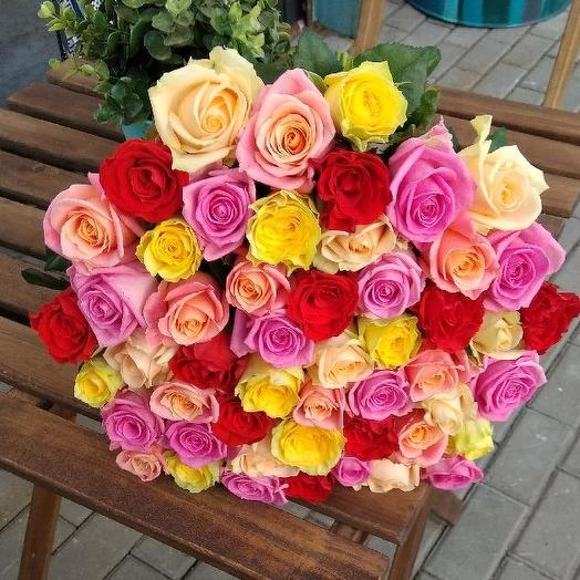 Букет из 51 разноцветной местной розы 60 см: букеты цветов на заказ Flowwow