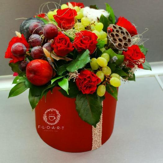 Красивый фруктовый комплимент с розами