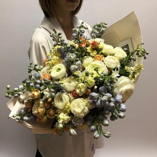 Ранункулюсы и Дельфиниум: букеты цветов на заказ Flowwow