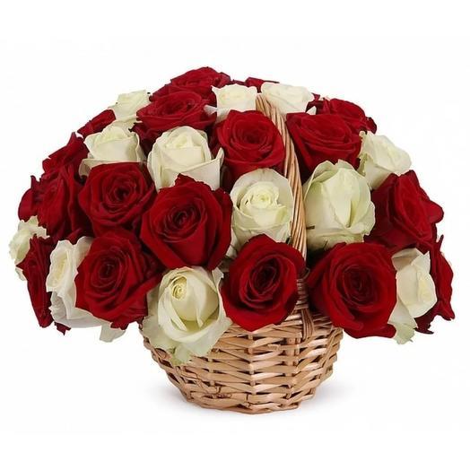 """Корзина из 25 роз """"Красное и белое"""": букеты цветов на заказ Flowwow"""