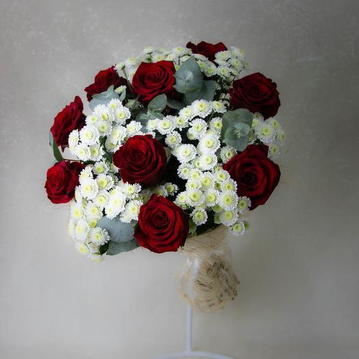 Букет с красными розами и хризантем сталлионов