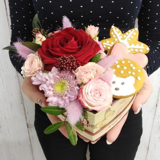 Сердечко из цветов и имбирных пряников: букеты цветов на заказ Flowwow