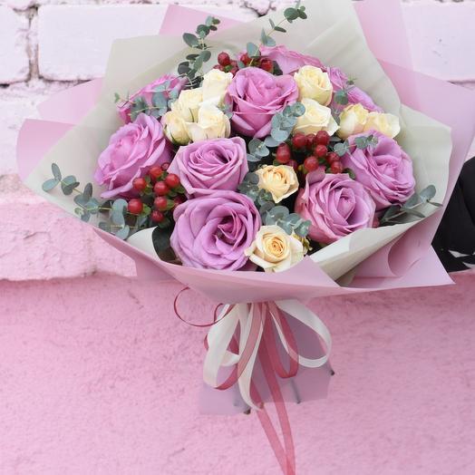 Букет из роз сорта cool water и гиперикума