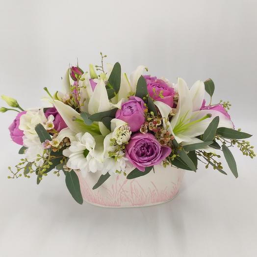Цветочная композиция с лилиями и кустовой пионовидной розой: букеты цветов на заказ Flowwow