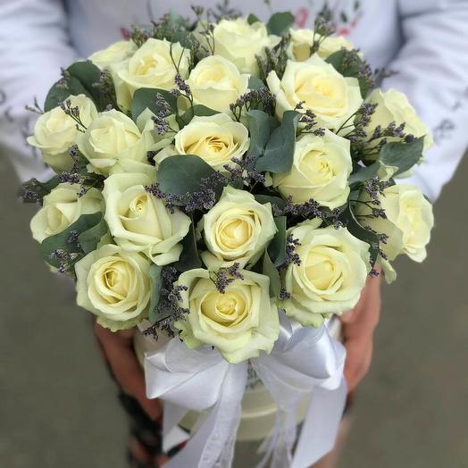 25 белых роз с зеленью в шляпной коробке