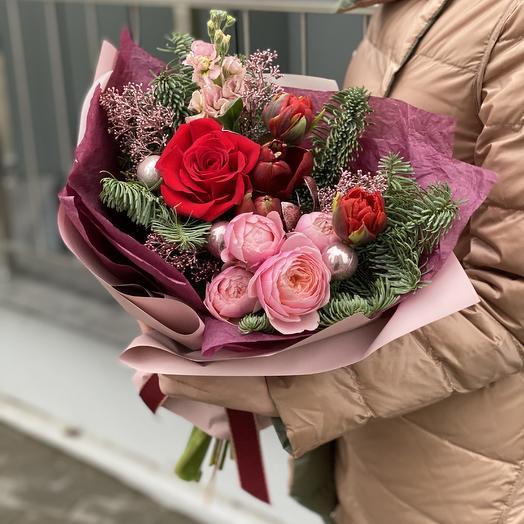Букет Ароматный глинтвейн из нобилиса, тюльпанов, амарилисса, роз, скиммии и праздничного декора