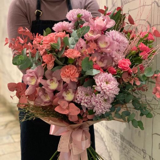 Букет из орхидей, роз, гвоздики, хризантем, эвкалипта