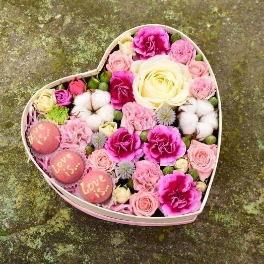Душистая коробочка с цветами и шоколадными  конфетами