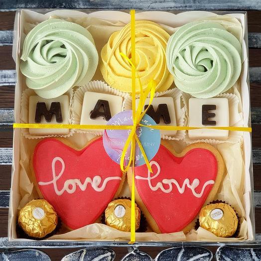 Сладкая коробочка с безе и шоколадными буквами Маме