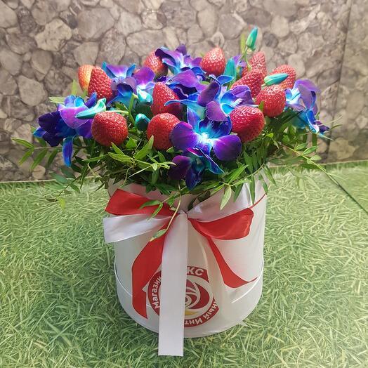 Орхидея синиее с клубникой  в коробке