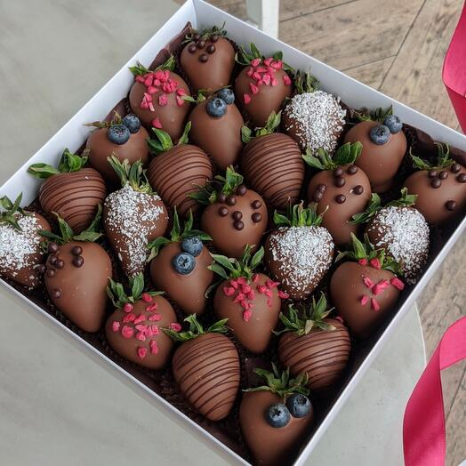 Свежая клубника в молочном шоколаде 25 ягод