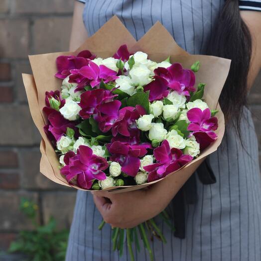 Орхидеи и белые кустовые розы