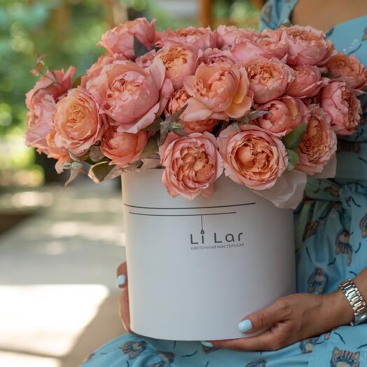 Букет из пионовидной кустовой розы в шляпной коробке 63