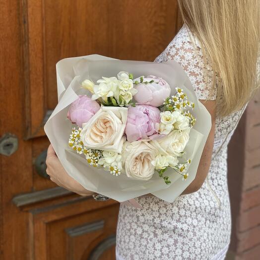 Букет Диор из фрезии, пионов, роз и танацетума
