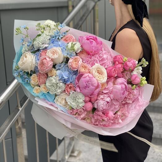Букет Он и Она из пионов, гортензии, роз, маттиолы и оксипеталума