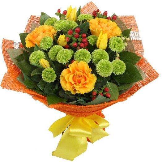 Букет Яркое признание из роз хризантем тюльпанов и зелени Код 170044: букеты цветов на заказ Flowwow