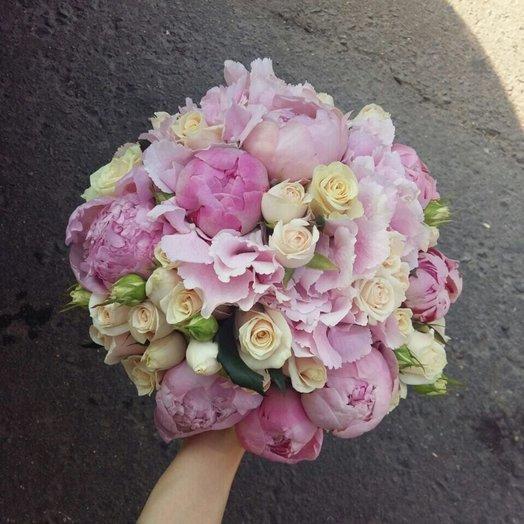 Гортензия с пионами и кустовой розой