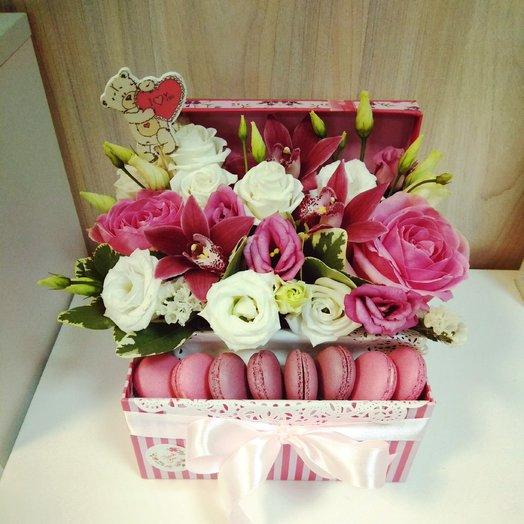 Коробка с орхидеями и макарунами: букеты цветов на заказ Flowwow