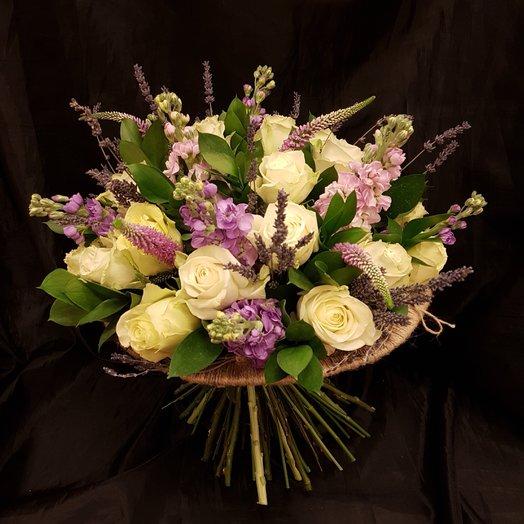 Розы и матиола, прекрасное сочетание: букеты цветов на заказ Flowwow