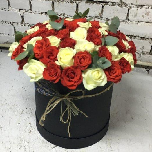 Шляпная коробочка 51 роза + Эвкалипт: букеты цветов на заказ Flowwow