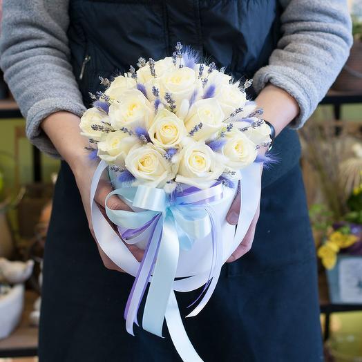 """Шляпная коробка из белых роз и сухоцветов """"Иней"""""""