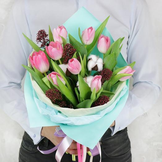 Букет из 9 тюльпанов с хлопком и скимией: букеты цветов на заказ Flowwow