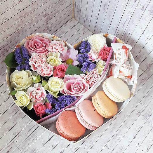 композиция с макарунсами и  цветами