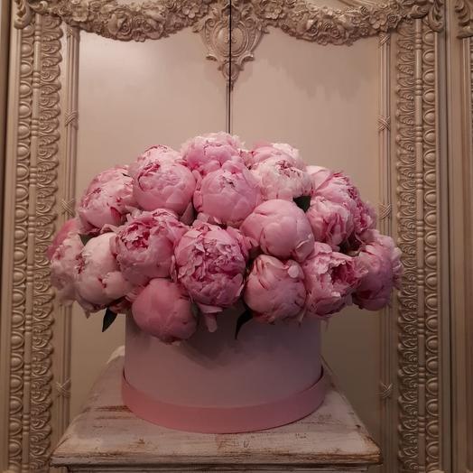 Цилиндр пионов: букеты цветов на заказ Flowwow
