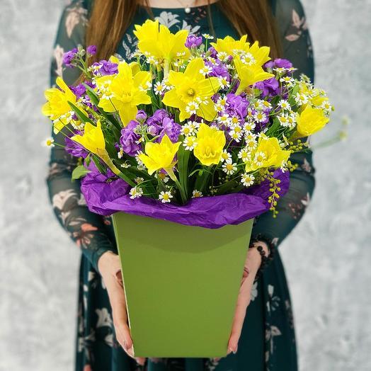 Яркий букет из нарциссов и маттиол в коробке: букеты цветов на заказ Flowwow