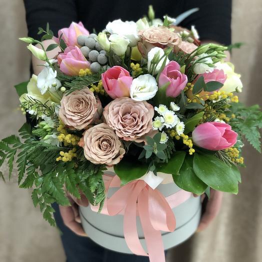 Цветочная композиция с тюльпанами и розами капучино