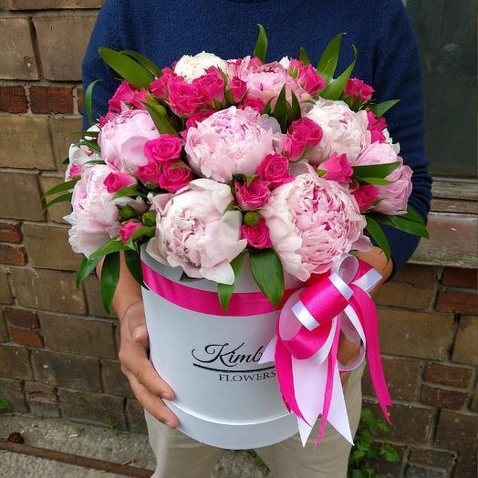 Пионы и малиновые кустовые розы в коробке: букеты цветов на заказ Flowwow