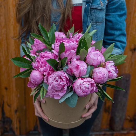 Ярко-розовые пионы в коробке: букеты цветов на заказ Flowwow