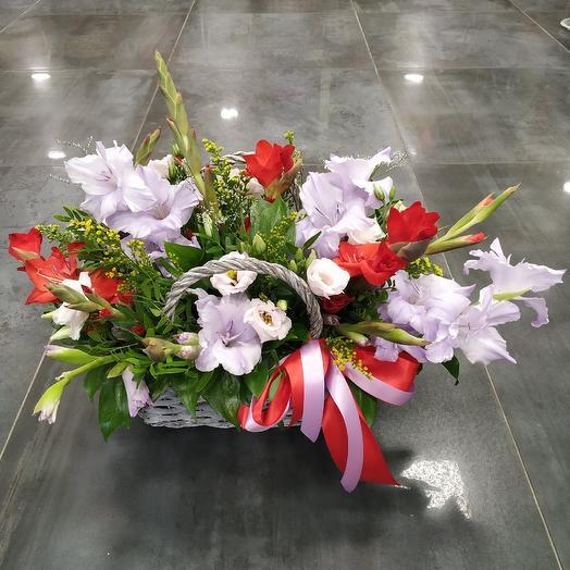 "Корзинка с гладиолусами ""Миамор"": букеты цветов на заказ Flowwow"