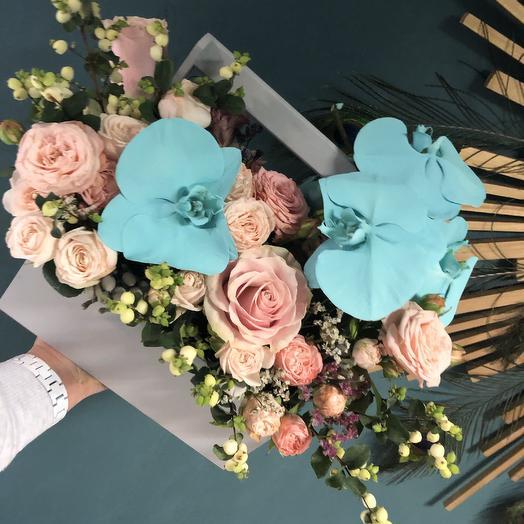 Живая композиция из орхидей Фаленопсис,пионовидных кустовых розочек,ягодок и одноголовых роз сорта Мента: букеты цветов на заказ Flowwow