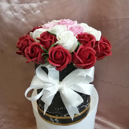 Коробка с 31 мыльной  пахнущей розой: букеты цветов на заказ Flowwow