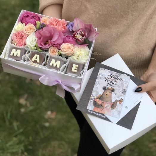 Коробка с цветами и конфетами маме
