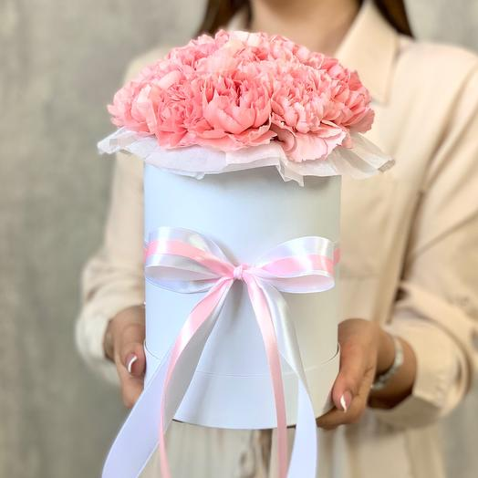 A bouquet of Dianthus in a hatbox