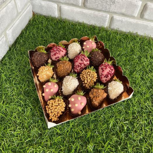 Подарочная коробка на 16 клубник в шоколаде