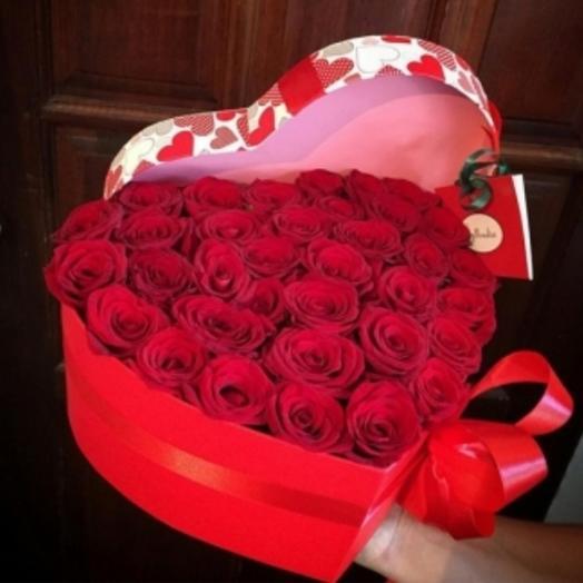 Цветы 35 роз  в коробке сердце