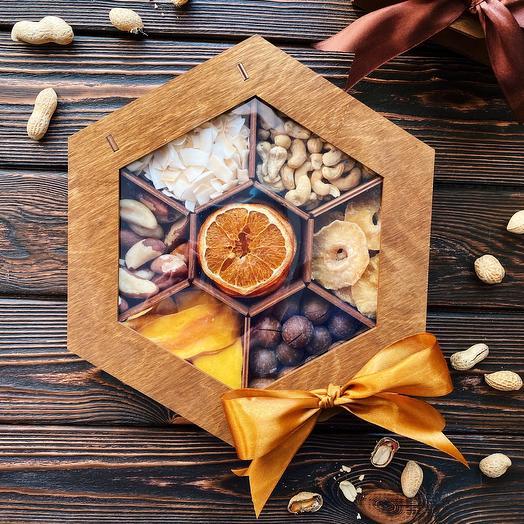 Подарочный набор с орехами и экзотическими фруктами «Nut Fruit Box»