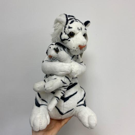 Белая тигрица с тигренком
