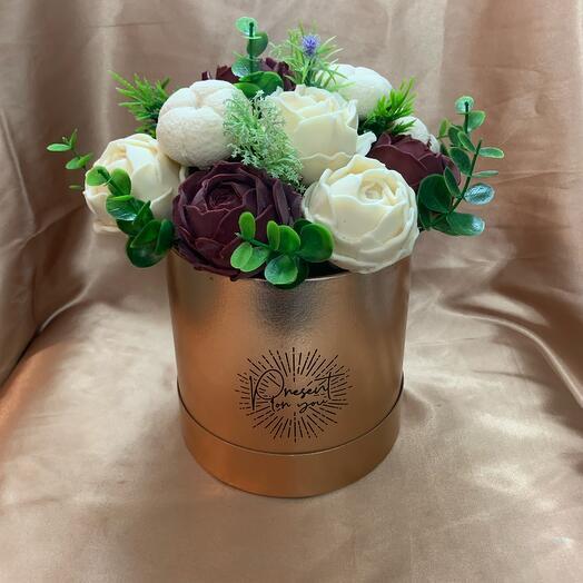 Коробка с шоколадными цветами