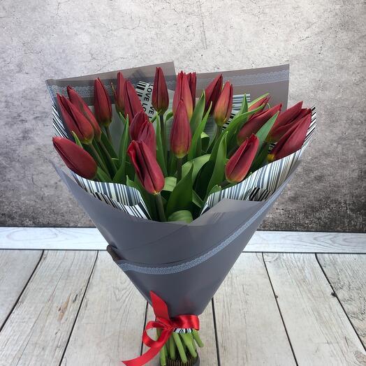 Букет из 21 тюльпана  винного цвета