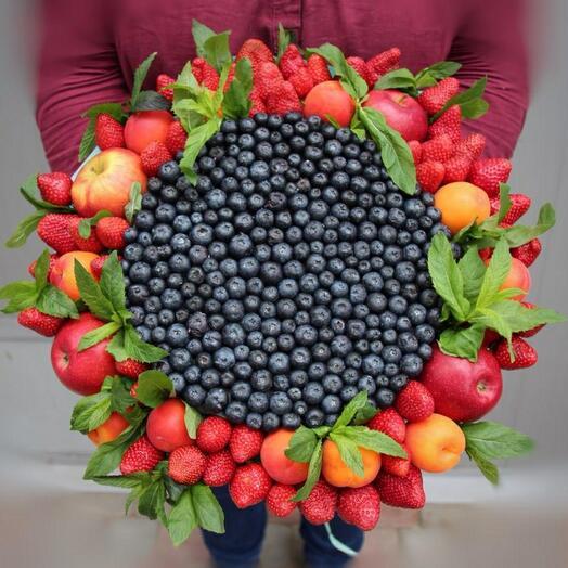Букет с голубикой, яблоками, абрикосами, клубникой и мятой