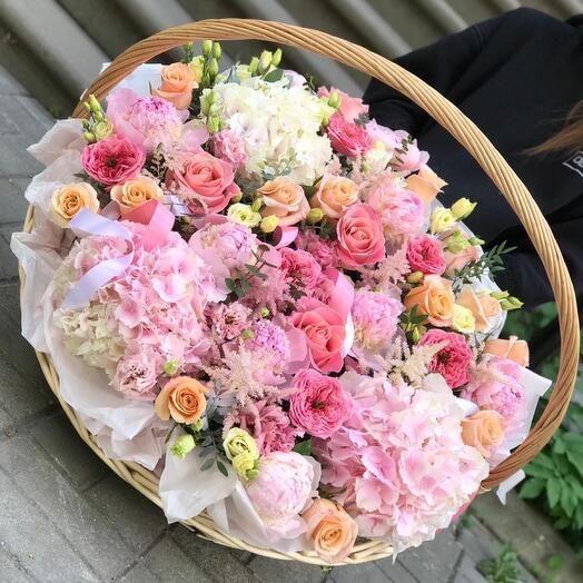 Корзина с цветами нежных оттенков