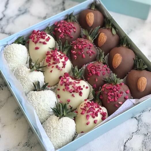 Клубника в шоколаде с миндалем и кокосом