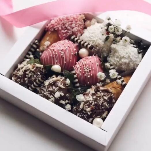 Клубника и рожки в шоколаде